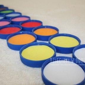 kolorowe memory z nakrętek - edukacyjna zabawa dla dzieci