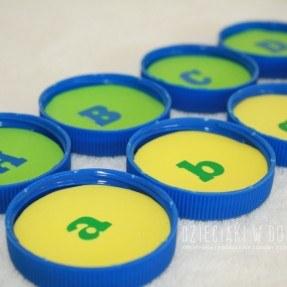 literkowe memory z nakrętek - zabawa edukacyjna dla dzieci