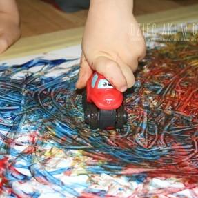 twórcze malowanie samochodzikami