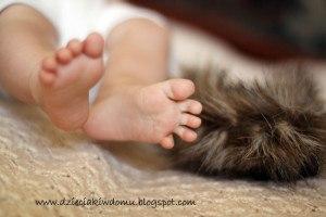 masaż niemowlęcia materiałami o różnych fakturach