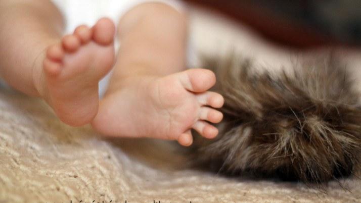 Małe stópki poznają świat – czyli rozmaite faktury i masaż niemowlaka