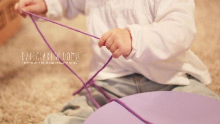 Pudełko i włóczka – zabawa dla niemowlaka