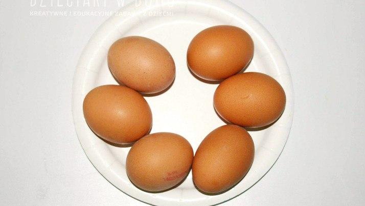 Jak odróżnić jajo ugotowane od surowego – eksperyment