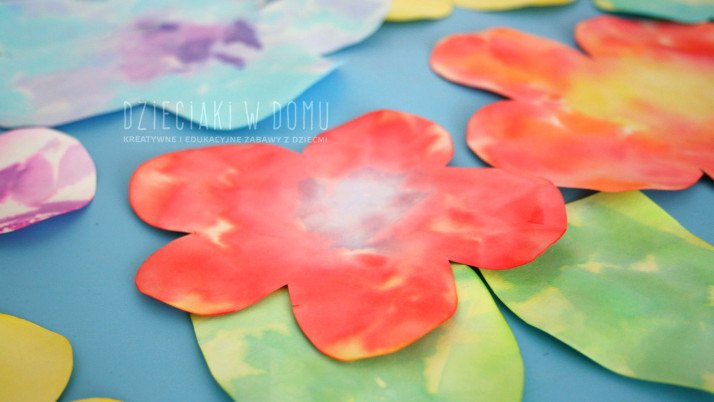 Kolorowe kwiatki z bibuły – praca plastyczna dla dzieci + świetna zabawa