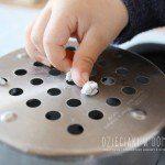 Kulki do dziurki – zabawa dla maluchów