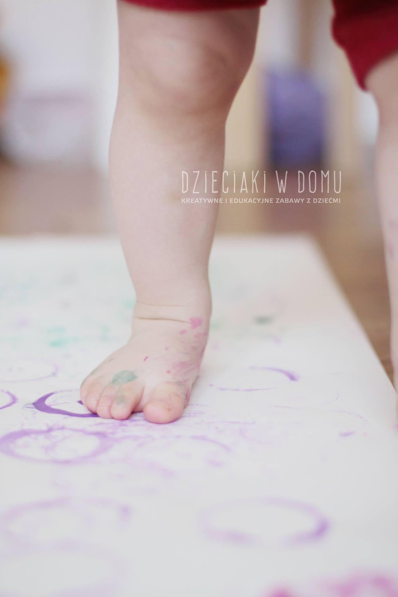 malowanie pokrywkami kreatywna zabawa dla dzieci