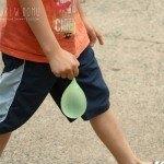 Pomysły na zabawę z balonami wodnymi na dworze