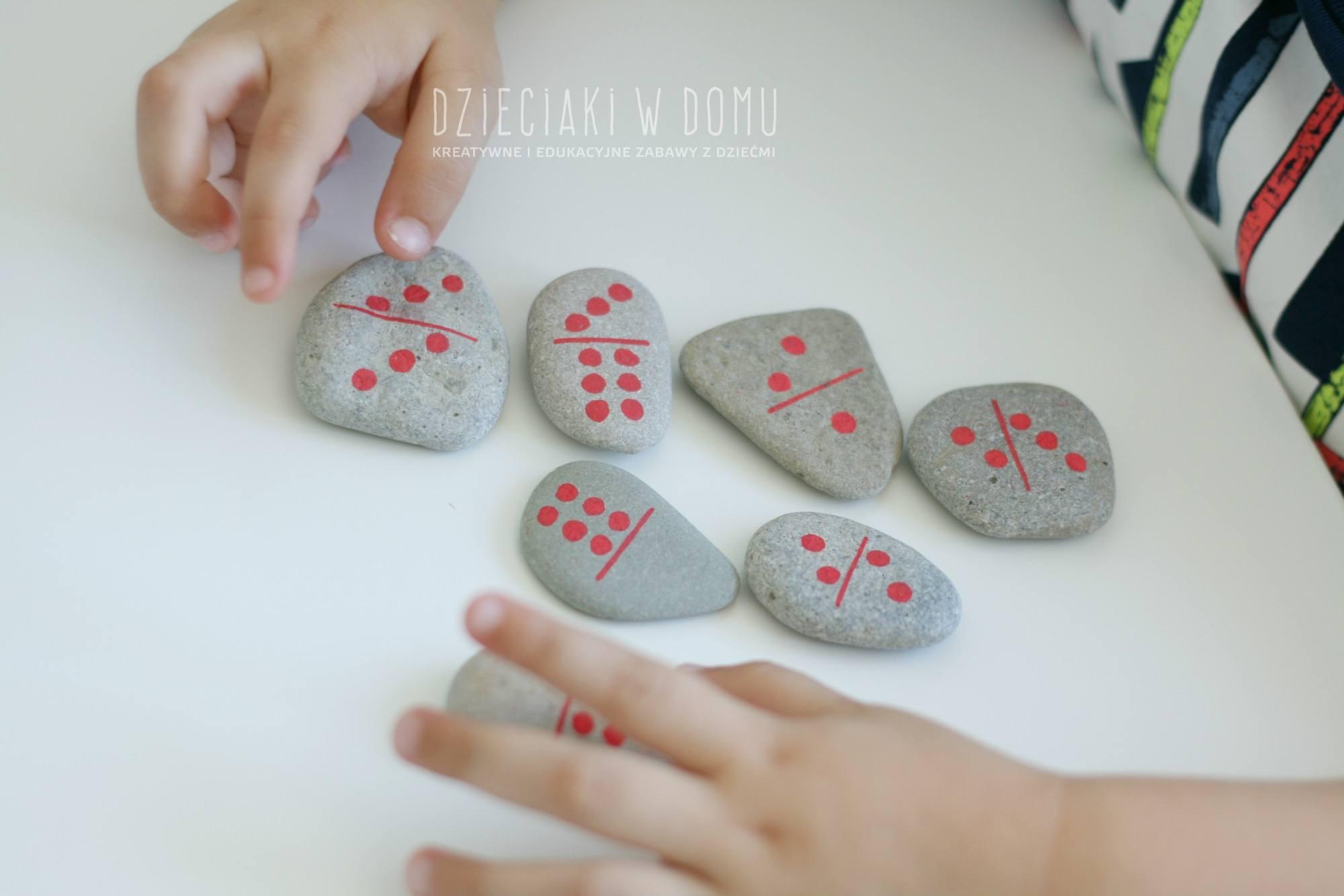 domowej roboty domino z kamieni - pamiątka z wakacji