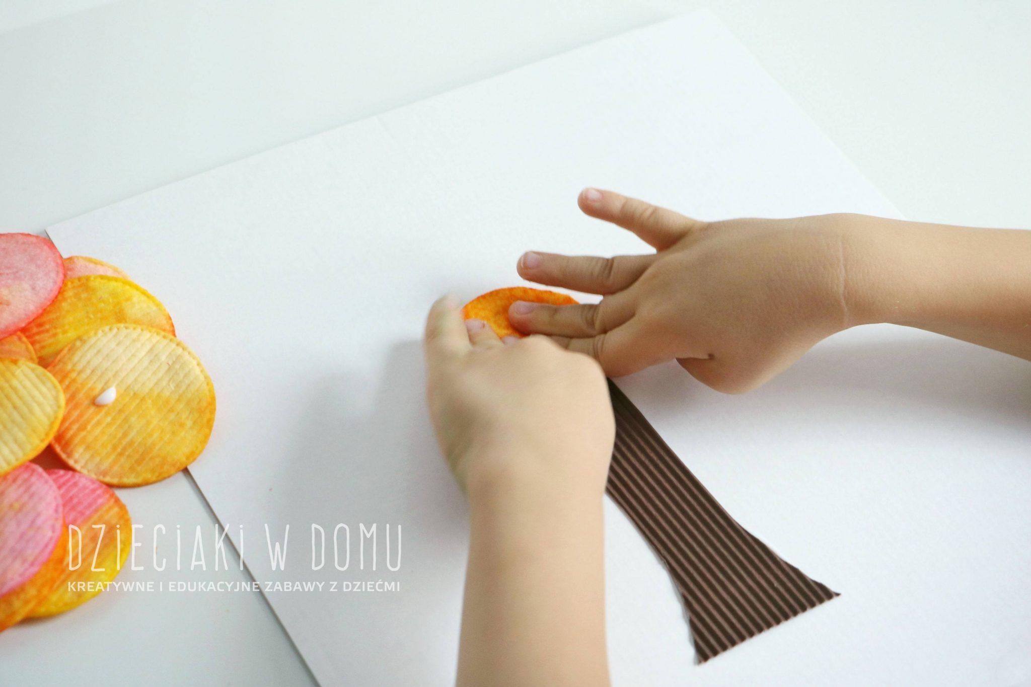 Jesienne drzewko z płatków kosmetycznych - praca plastyczna dla dzieci