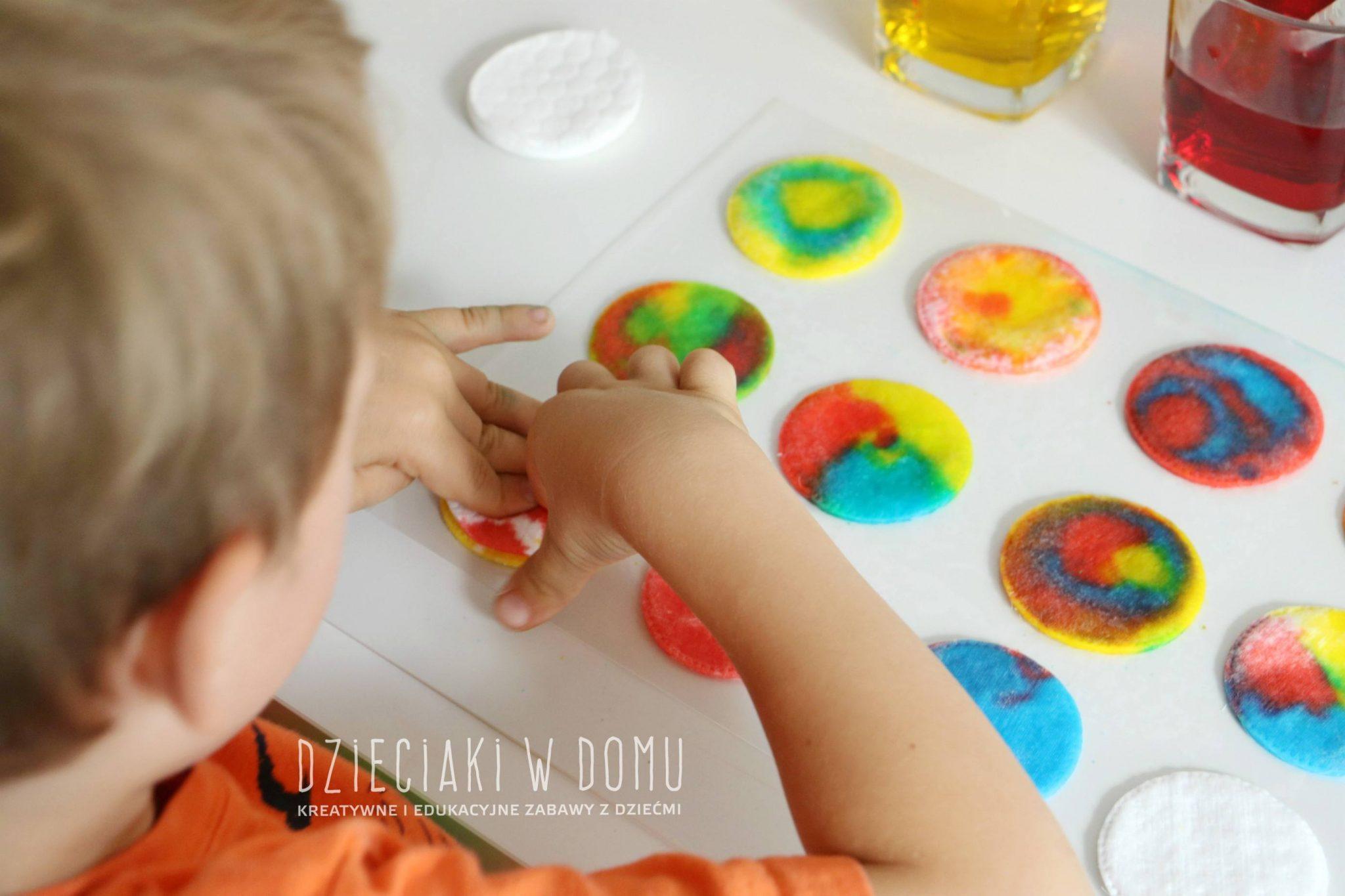 Eksperymentowanie z kolorami - zabawa dla dzieci