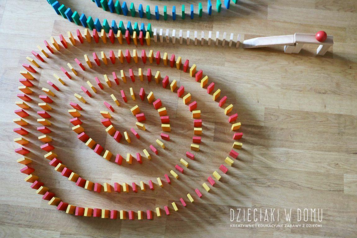 Klocki domino – kreatywna zabawa na długie godziny
