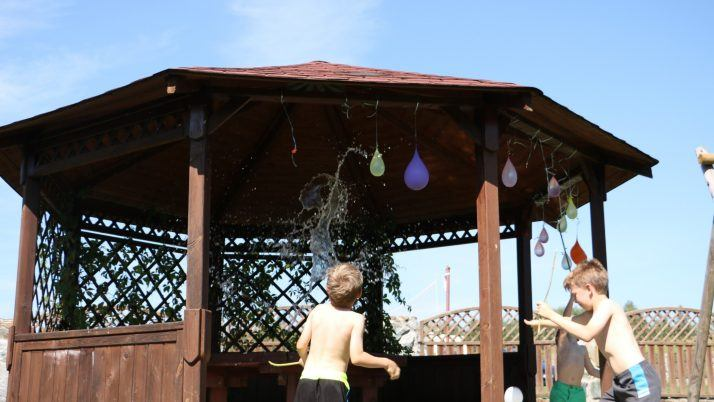 Balony na wodę – pomysł na zabawę w upalne dni