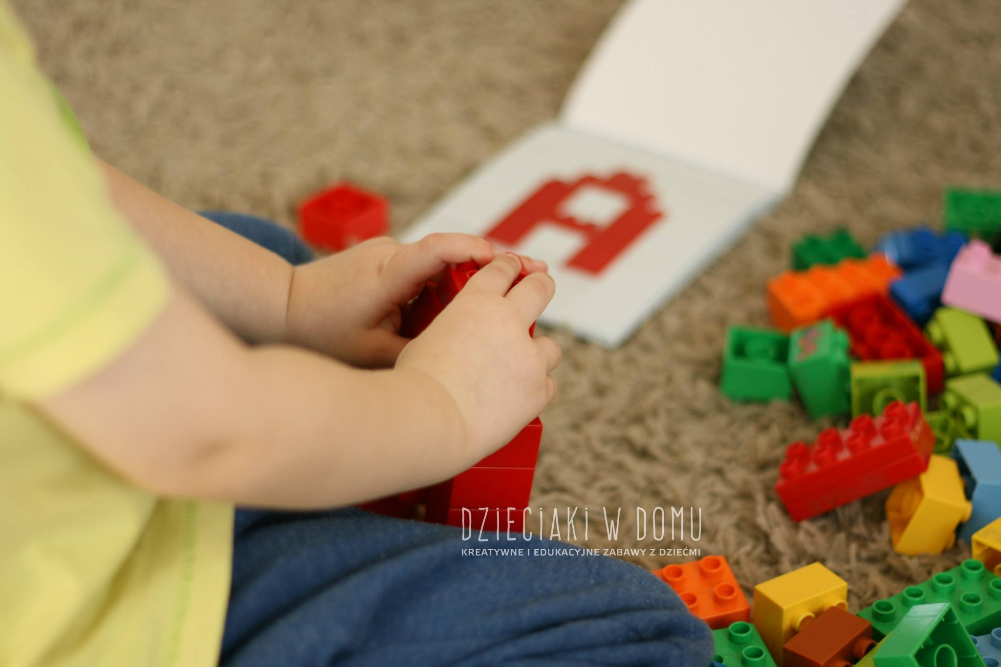 litery z klocków Duplo - zabawa dla dzieci, książeczka
