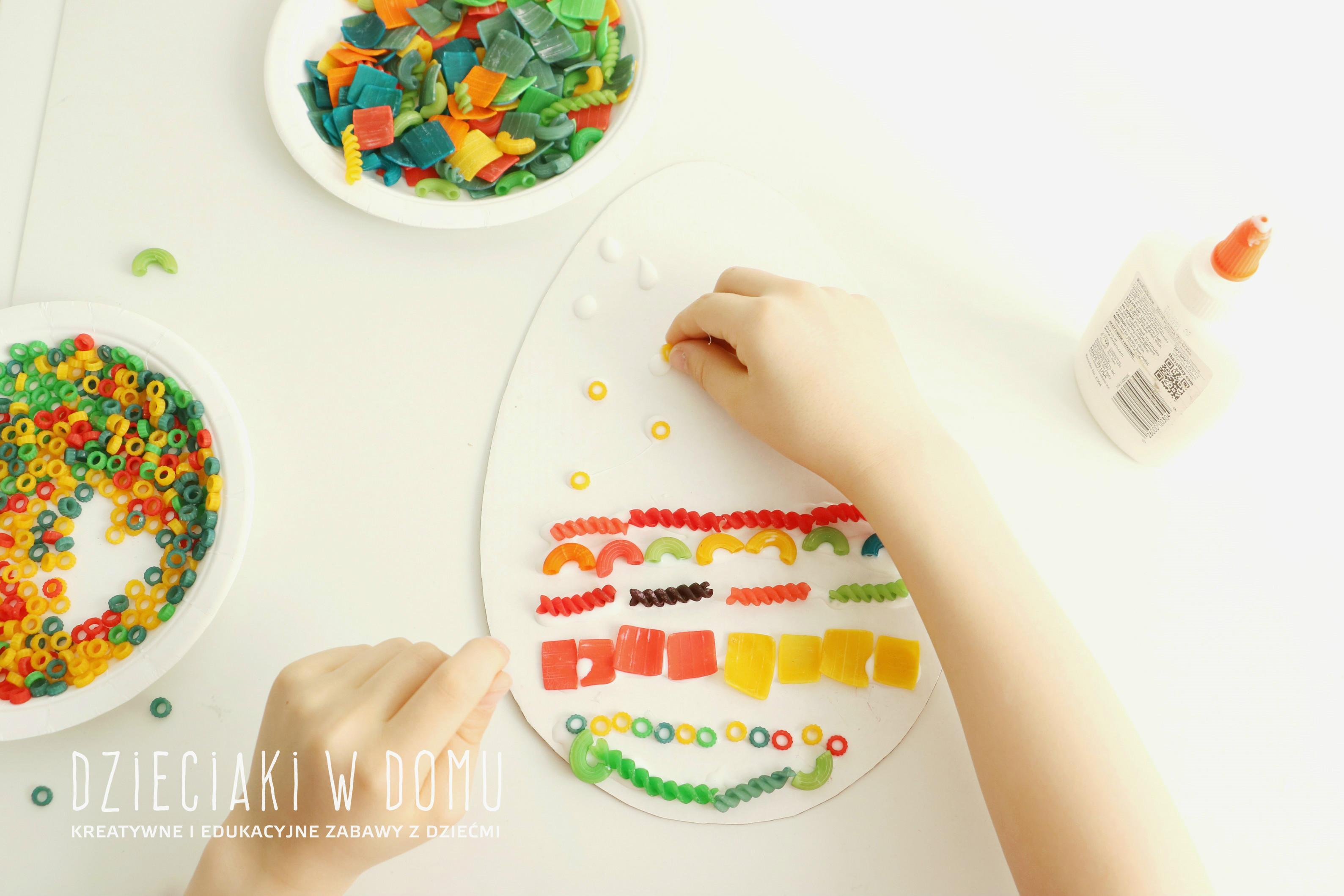 pisanki wyklejane kolorowym makaronem - praca plastyczna dla dzieci